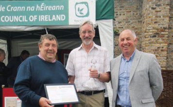 CHAIRMAN OF THE PROFESSIONAL GARDENERS GUILD TONY ARNOLD (LEFT) PRESENTS LIFETIME ACHIEVEMENT AWARD TO STEPHEN BUTLER (MIDDLE) ACCOMPANIED BY PGG IRELAND REPRESENTATIVE BRIAN O'DONNELL. (RIGHT)